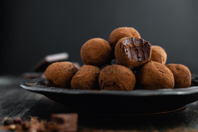 Mörka tryfflar för chokladgodis med sichuan peppar på mörk bakgrund arkivbilder