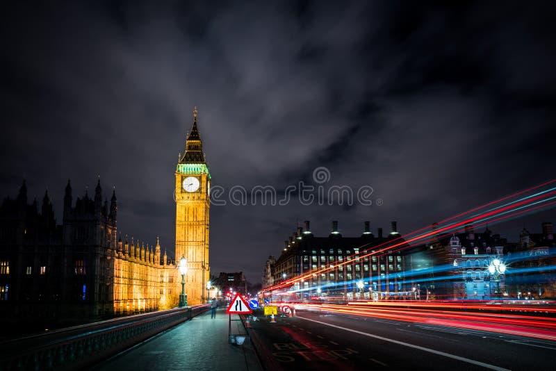 Mörka Westminster övergående ljus royaltyfri bild