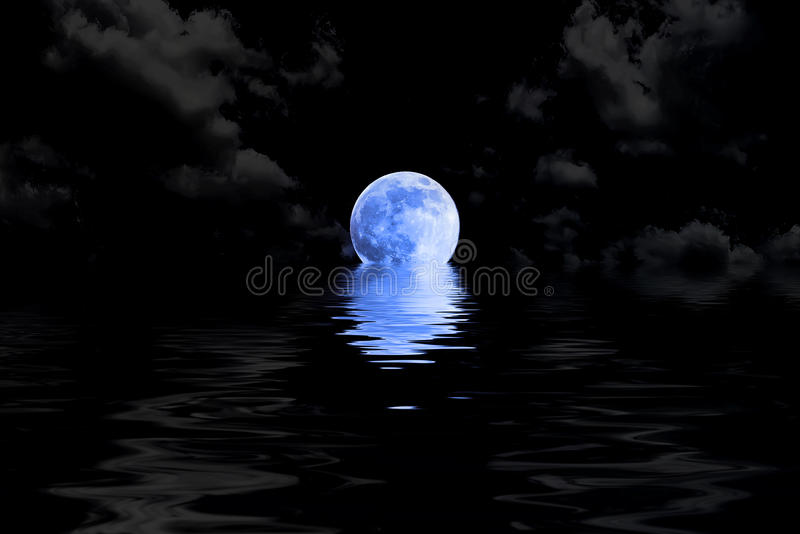 Mörker - blå fullmåne i moln med vattenreflexion arkivfoto
