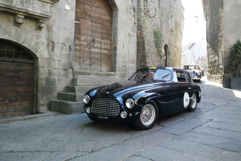 Mörker - blåa Ferrari 166 turnera kupé, 1950, i Viterbo under Miglia 1000 arkivbild
