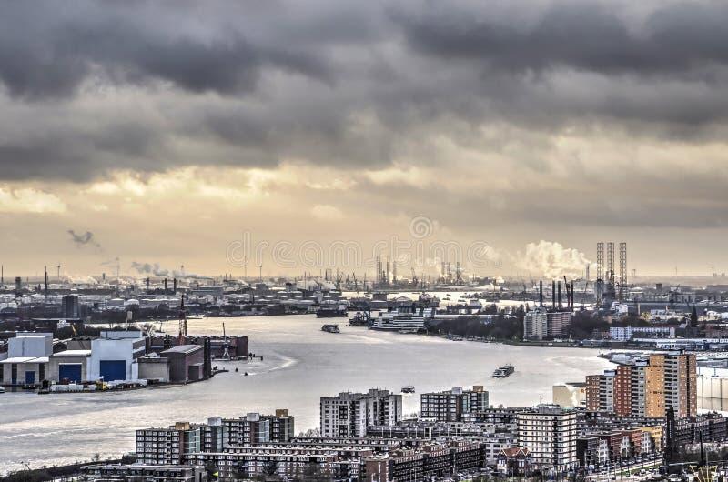 Mörker fördunklar över hamnen royaltyfri foto