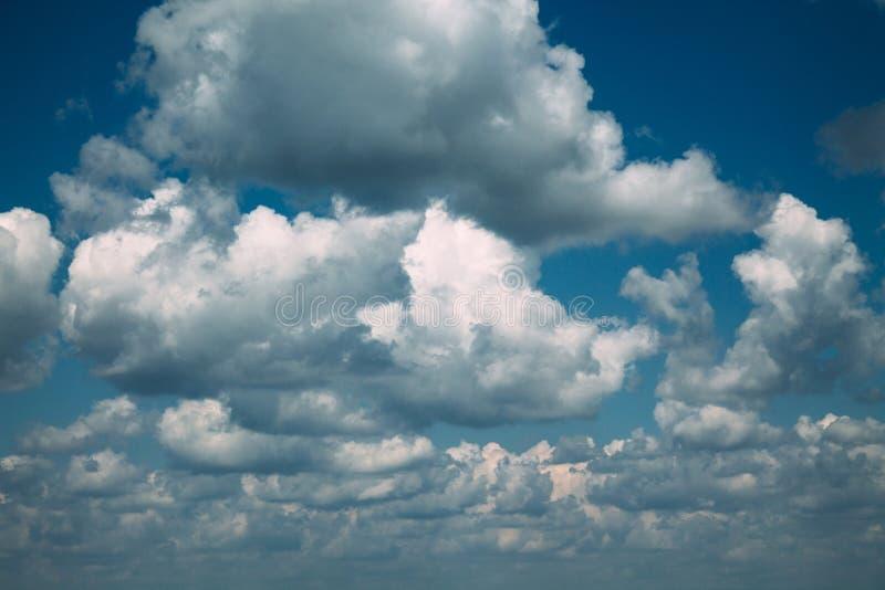Mörker fördunklar i den blåa himlen arkivfoton
