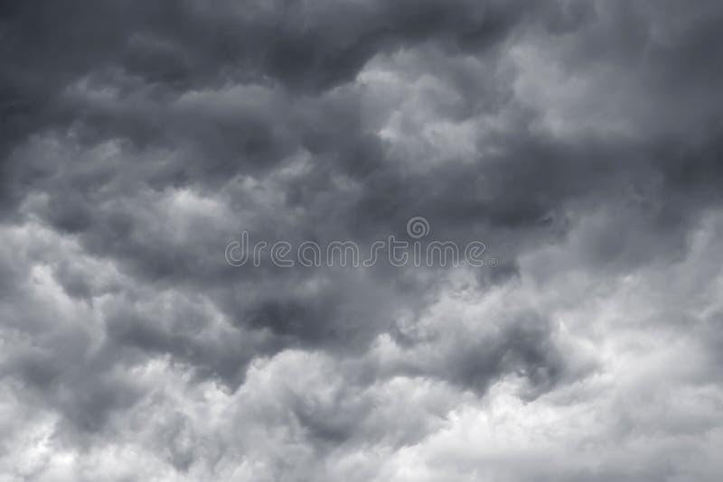 Mörker - grå färg fördunklar i en åskväderhimmel Fara under en storm_ arkivfoto