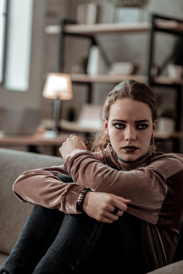 Mörker-haired tonåringkänsla som är ensam och brister in i revor royaltyfria foton