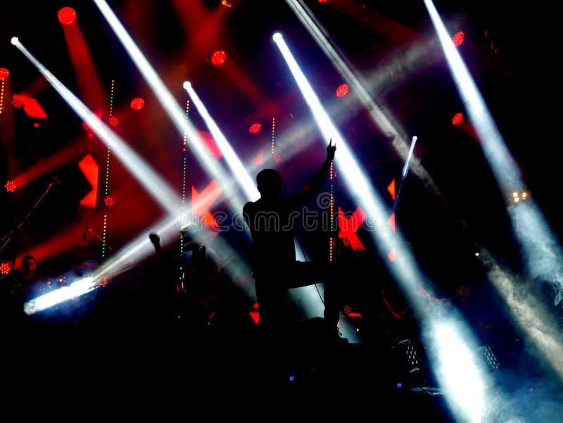 Mörker- och belysningbakgrund på konsertetapp royaltyfri foto