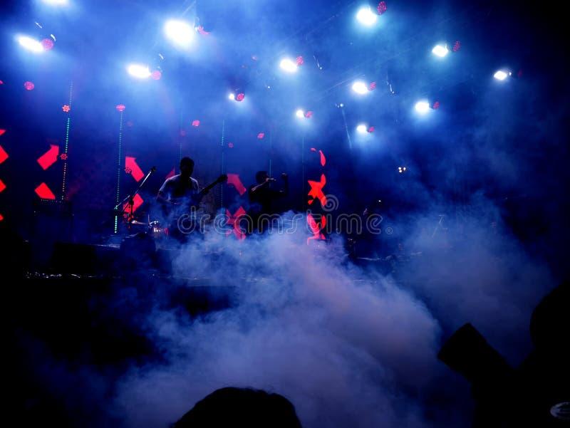 Mörker- och belysningbakgrund på konsertetapp arkivfoto