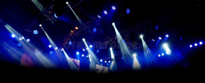 Mörker- och belysningbakgrund på konsertetapp arkivbild