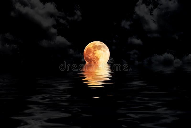 Mörker - röd fullmåne i moln med showin för vattenreflexionscloseup arkivfoton