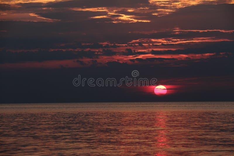 Mörker - röd solnedgång på horisonten fotografering för bildbyråer