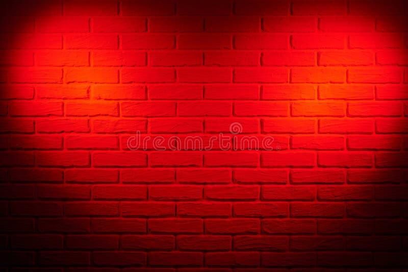 Mörker - vägg för röd tegelsten med ljus effekt för hjärtaform och skugga, ab royaltyfria bilder