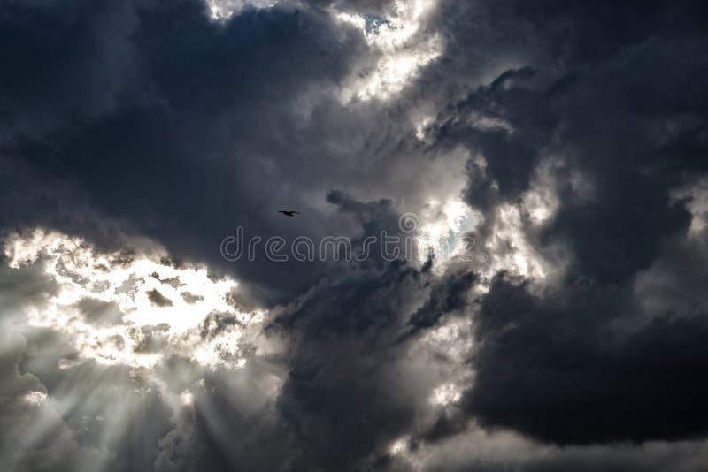 Mörkermoln - dramatisk himmel royaltyfria foton