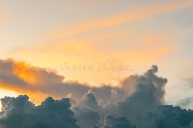Mörkermoln och mörk himmel i regnig dag, molnigt och stormigt och blått fotografering för bildbyråer