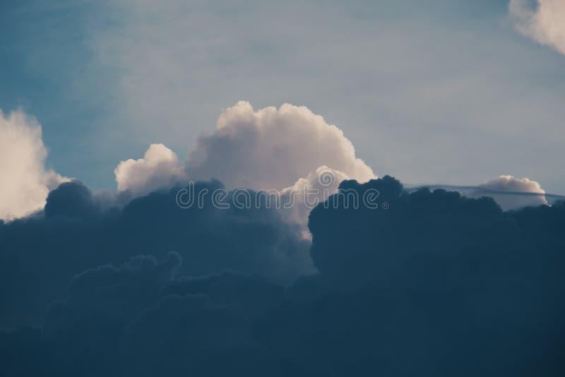 Mörkermolnbakgrund royaltyfri bild