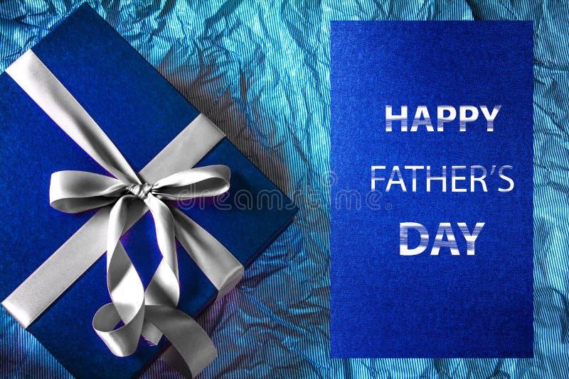 Mörkret - blå gåvaask med bandgarnering och lyckliga Father royaltyfri foto