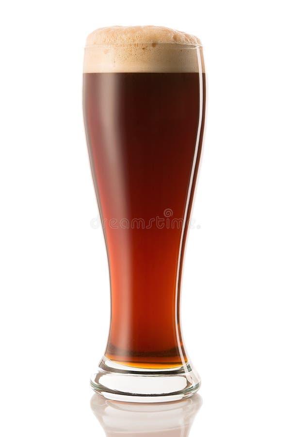 Mörkt öl i ett exponeringsglas som isoleras på en vit bakgrund royaltyfri bild