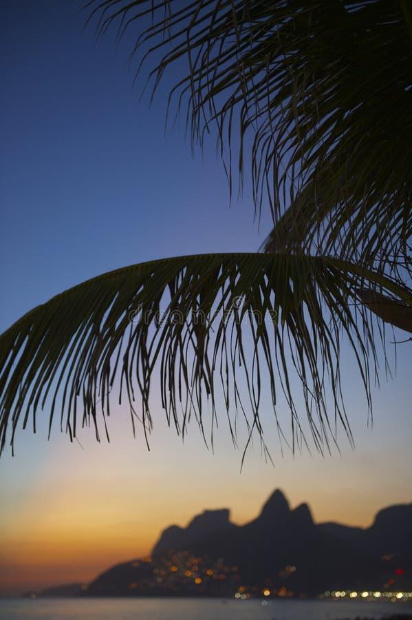 Mörkt berg Brasilien för solnedgångRio de Janeiro Ipanema Beach Two bröder royaltyfri foto