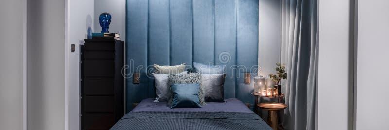 Mörkt - blå sovruminre, panorama arkivbilder
