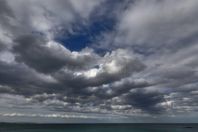Mörkt, blått och att hota, molnigt och härligt arkivfoto