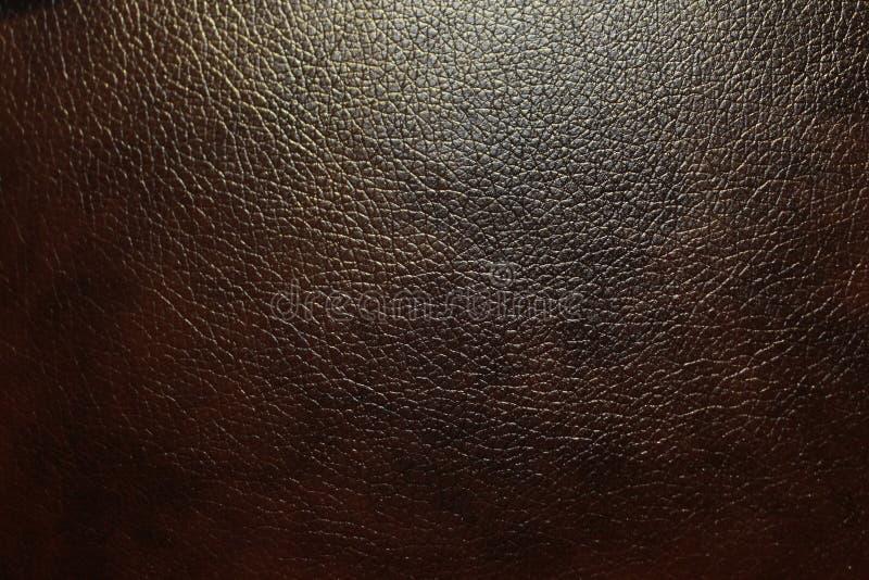 Mörkt brunt eco-läder med grov texturerad yttersida arkivfoto