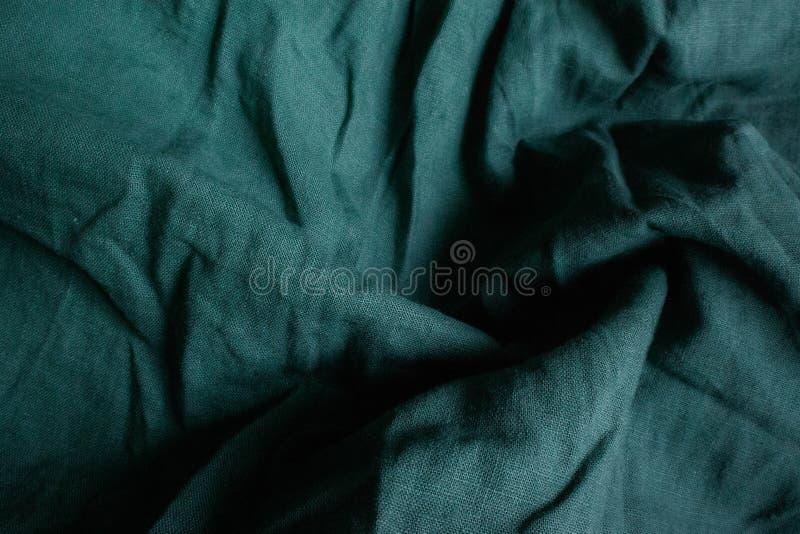 Mörkt - grön dramatisk textilbakgrund med textur arkivfoton
