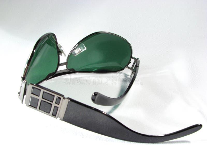 mörkt - green isolerad solglasögon royaltyfri foto