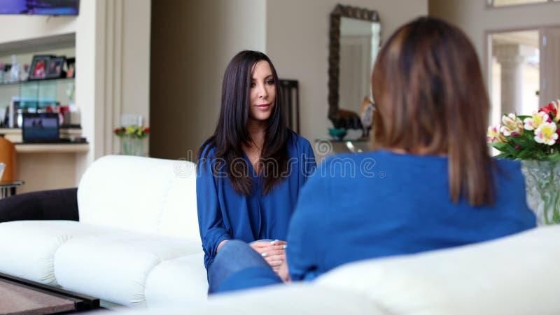 Mörkt hår för yrkesmässig doktor för psykolog kvinnlig med patienten Moder och dotter som delar en positiv tid arkivfoton