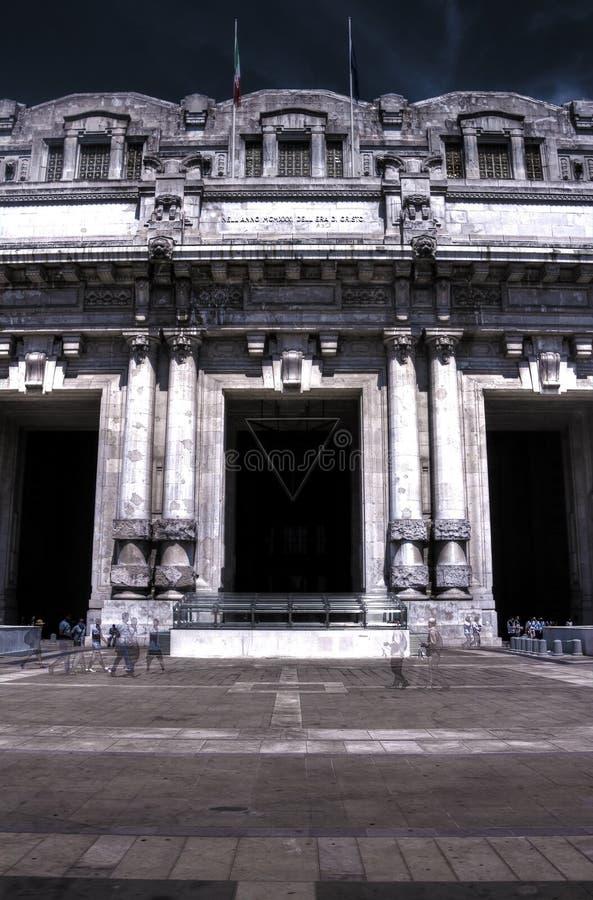 Mörkt HDR foto av den centrala järnvägsstationen i Milan, Italien royaltyfria bilder