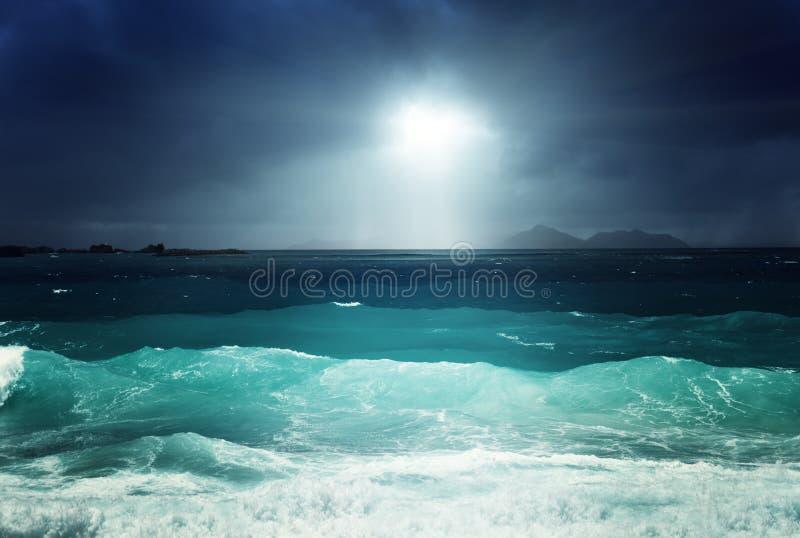 Mörkt himmel och hav av den laDigue ön arkivfoton