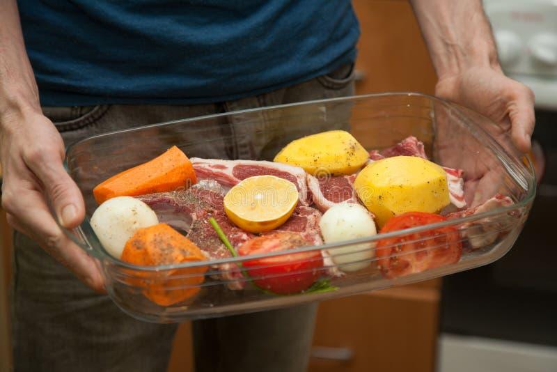 Mörkt kött med grönsaker fotografering för bildbyråer