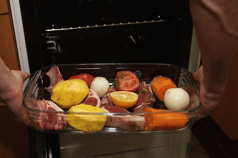 Mörkt kött med grönsaker royaltyfri bild