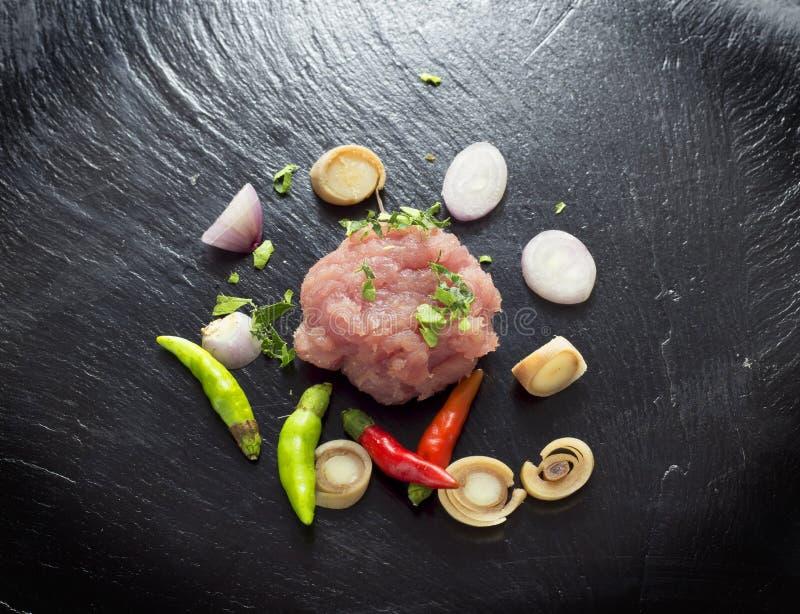 Mörkt kött på ett svartstenbräde arkivbild