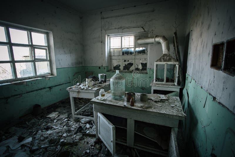 Mörkt kusligt övergett kemiskt laboratorium, bruten glasföremål arkivbild