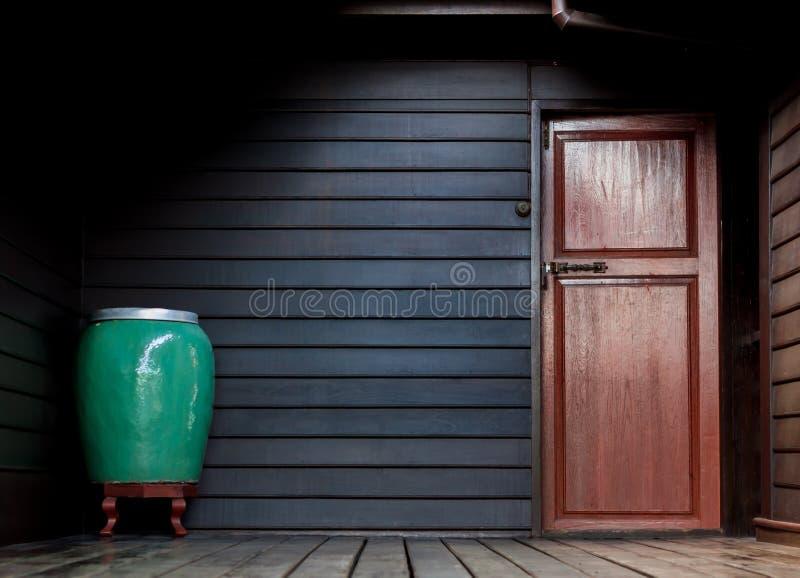 Mörkt ljust hörnutrymme av bakgrund för wood hus royaltyfria foton