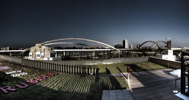 Mörkt makabert panoramaHDR foto av sikten uppifrån av den stora ryska paviljongen på den Milan EXPON 2015 fotografering för bildbyråer