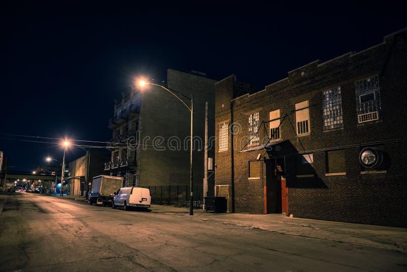 Mörkt och läskigt stads- industriellt stadsområde på natten fotografering för bildbyråer