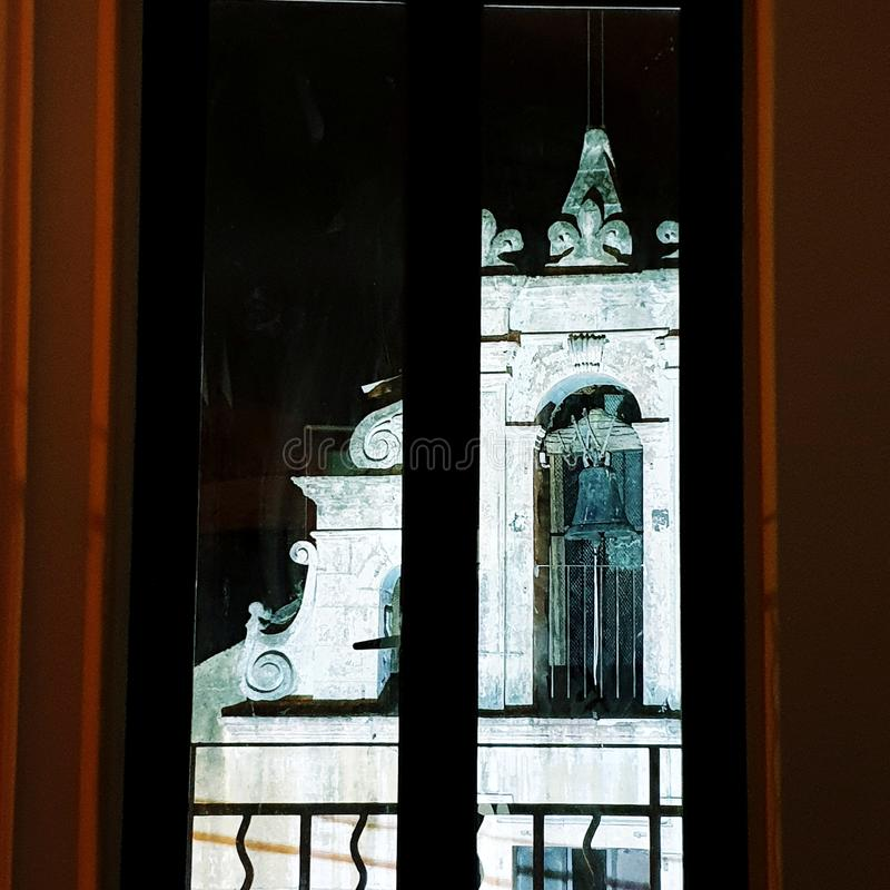Mörkt rum, ljus kyrka på svart himmel arkivfoto