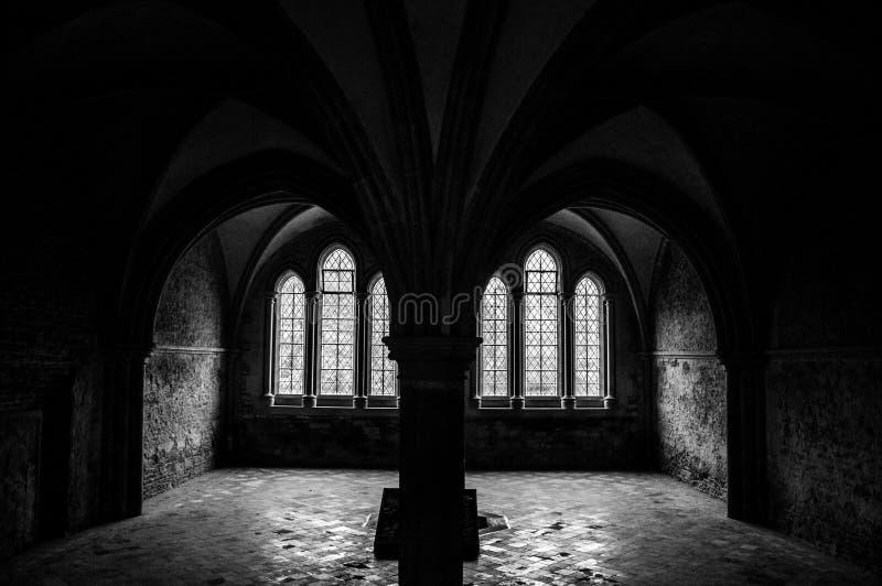 Mörkt rum med det detaljerade fönstret arkivbild
