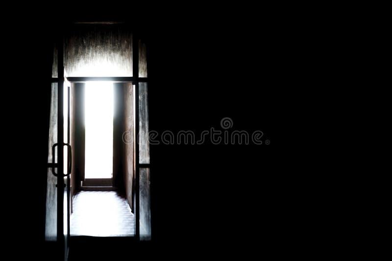 Mörkt rum med ljus från fönstret Begrepp av hopplöshet- och förtvivlankänsla i psykologi royaltyfri bild