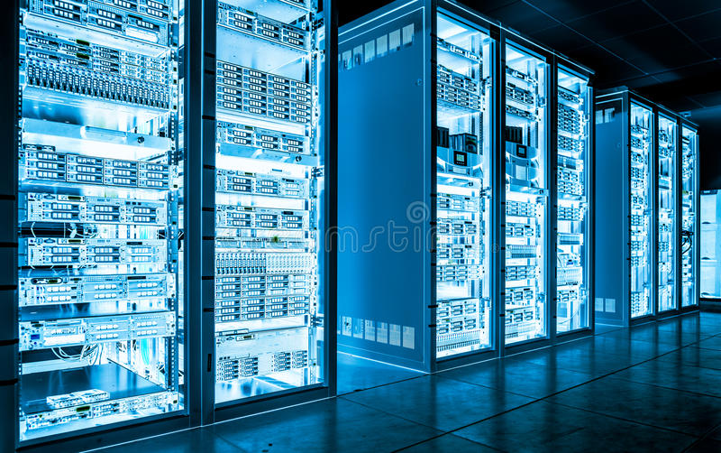 Mörkt serverrum för stora data med ljus utrustning fotografering för bildbyråer