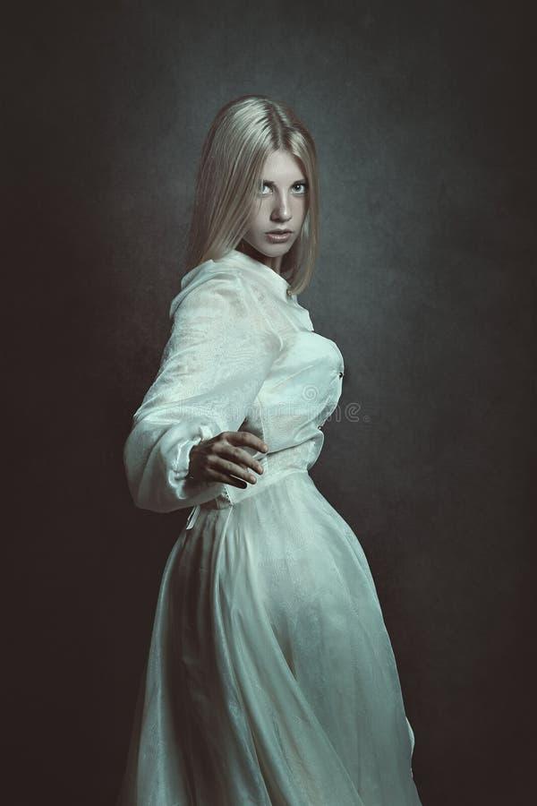 mörkt ståendekvinnabarn royaltyfri foto