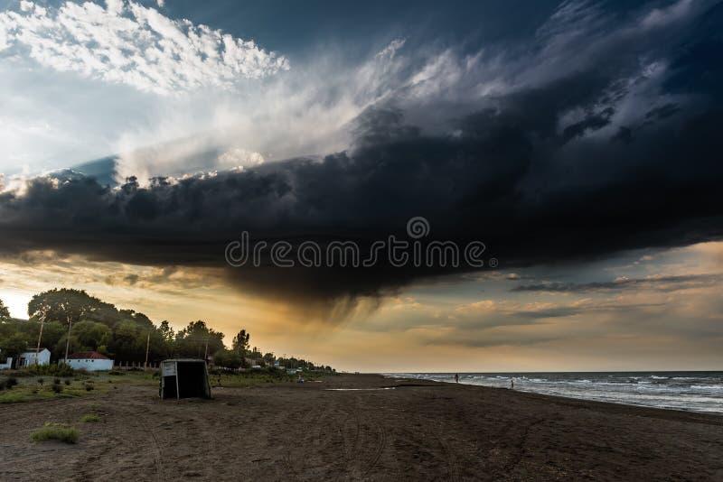 Mörkt stormmoln över stranden arkivfoto