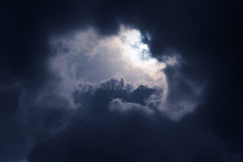 Mörkt stormmoln på vårdag arkivbilder