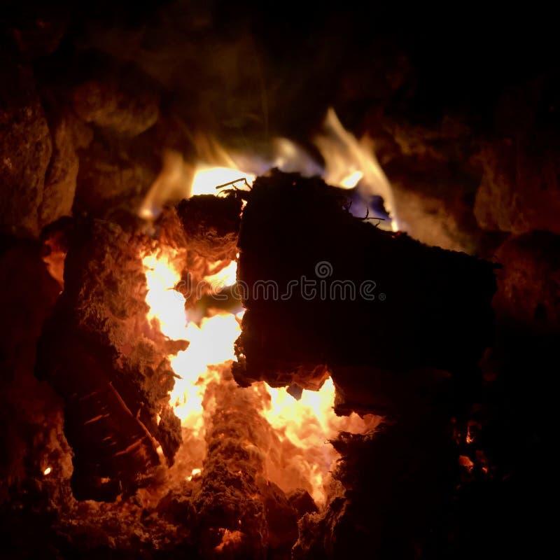 Mörkt svart kol för härligt flammabruntträ arkivbilder