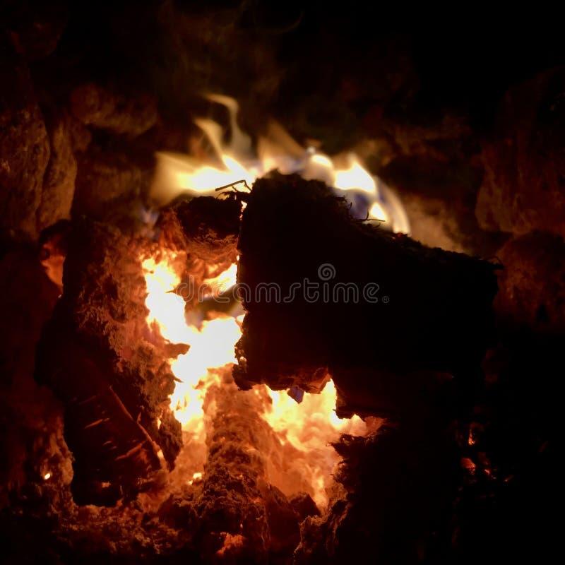 Mörkt svart kol för härligt flammabruntträ royaltyfria foton