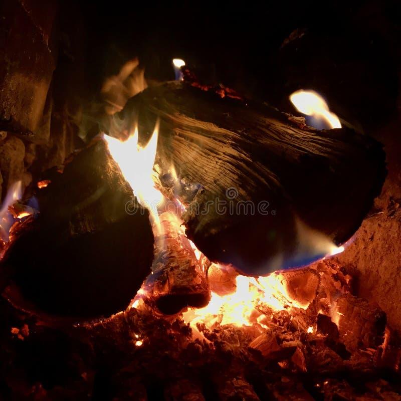 Mörkt svart kol för härligt flammabruntträ arkivbild