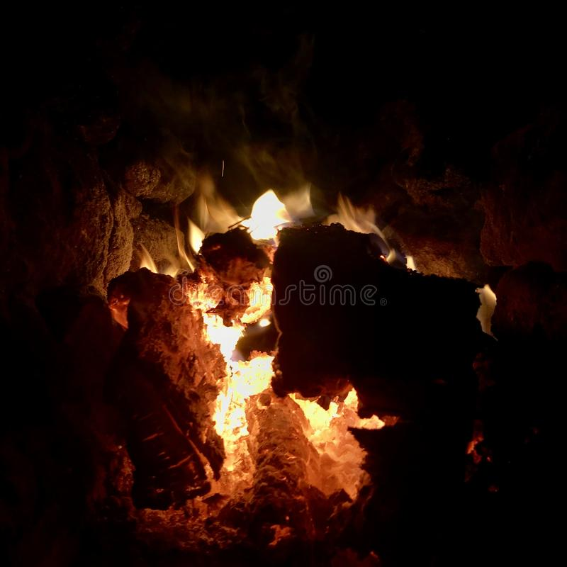 Mörkt svart kol för härligt flammabruntträ fotografering för bildbyråer