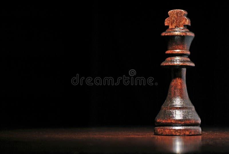 Mörkt wood konungschackstycke arkivfoton