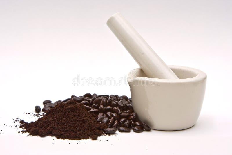 Mörtel, Kaffeebohnen und Schleifen lizenzfreies stockfoto