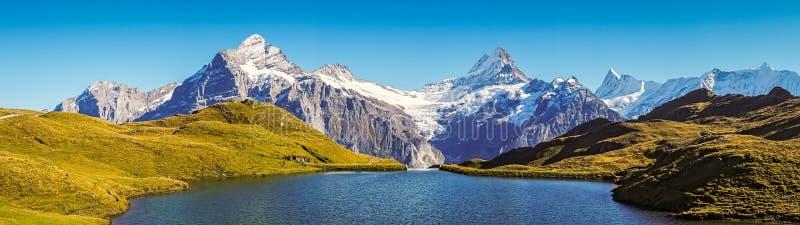 Möta Bachalpsee, när fotvandra först till Grindelwald Bernese fjällängar, Schweiz royaltyfria bilder