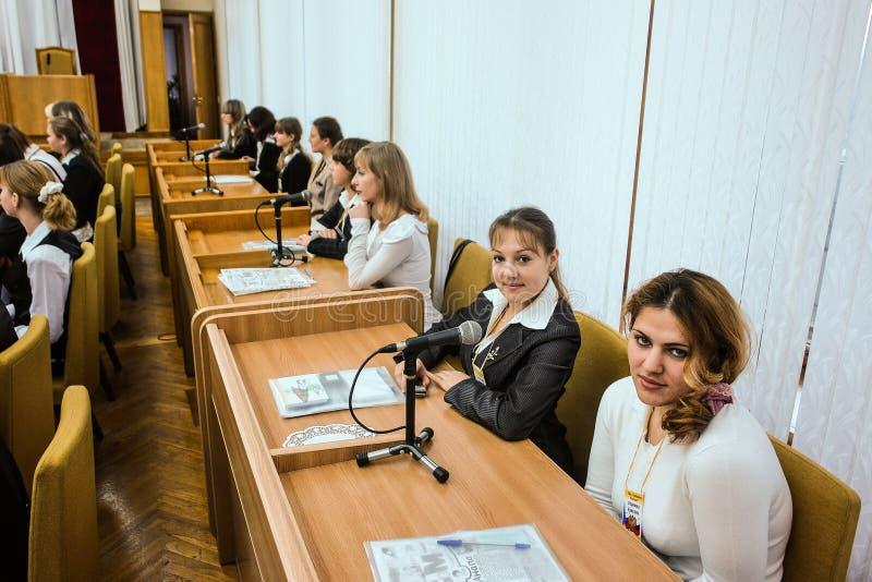 Möta studenter regulatorn av den Kaluga regionen i Ryssland royaltyfria bilder